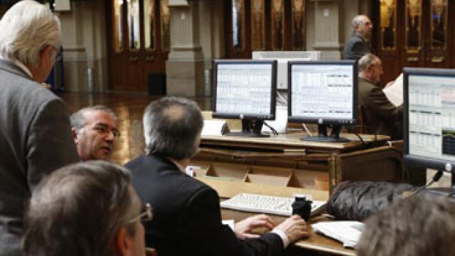 Los inversores observan atentos la evolución de las cotizaciones en el parqué madrileño. (Juan M. Espinosa/EFE)