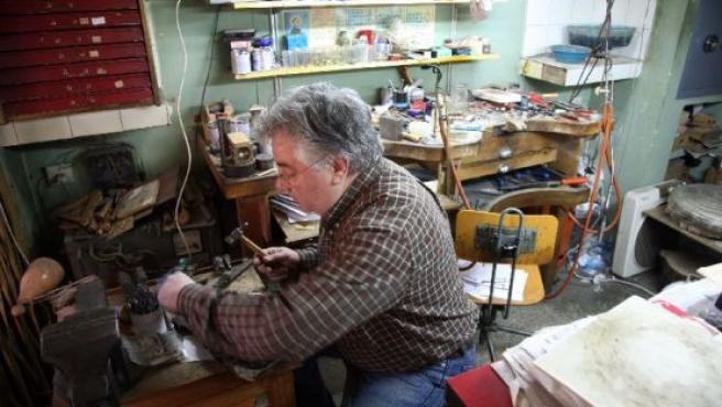 El platero leonés José Manuel Santos en su taller de Astoga.