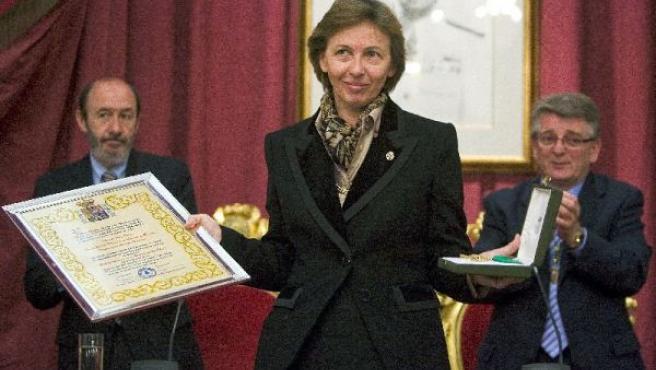 La presidenta de la Fundación, Liliane Dahlmann, recoge el galardón de Hija Adoptiva, a la Duquesa de Medina Sidonia. (JORGE ZAPATE/EFE)