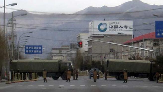 La Policía china tiene bloqueada la entrada a Lhasa. (Reuters).