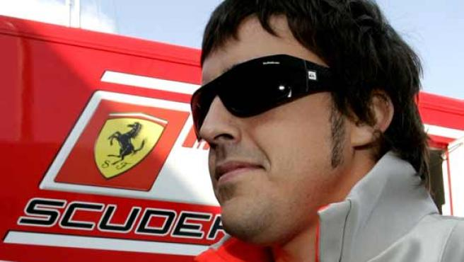 Fernando Alonso, junto al motor-home de Ferrari.