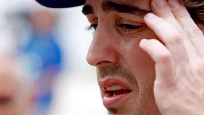 El piloto de Renault Fernando Alonso se lamenta de sus malos resultados en la segunda sesión de entrenamientos en Malasia.