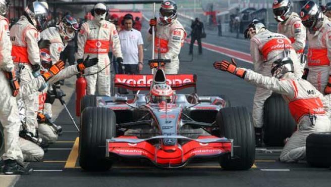 Heikki Kovalainen realiza una parada en boxes con su McLaren (EFE).