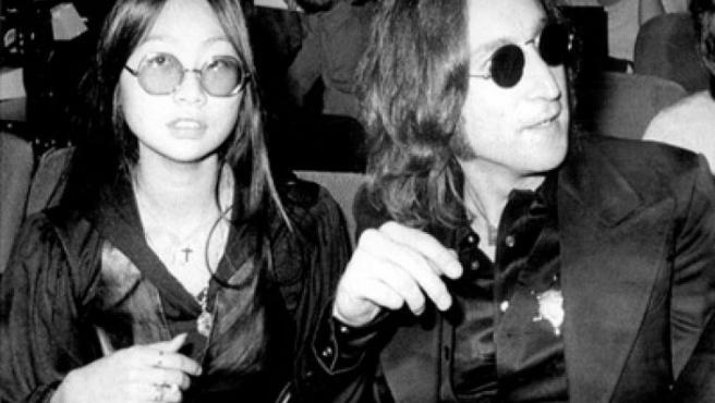 May Pang y John Lennon, cuando eran novios en los años setenta.