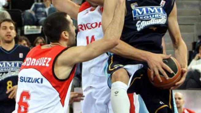 Pancho Jasen intenta entrar a canasta ante la oposición de dos jugadores del Ricoh Manresa.