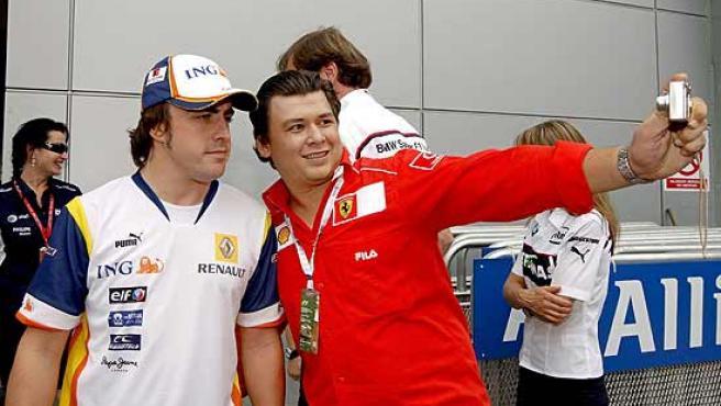 Un aficionado de Ferrari se fotografía con Fernando Alonso en el circuito de Sepang.