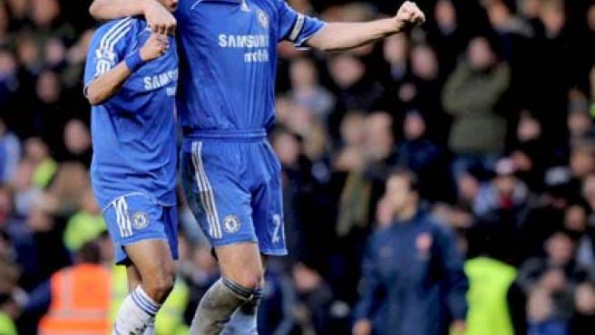 Terry y Cole celebran la victoria ante el Arsenal. (EFE)
