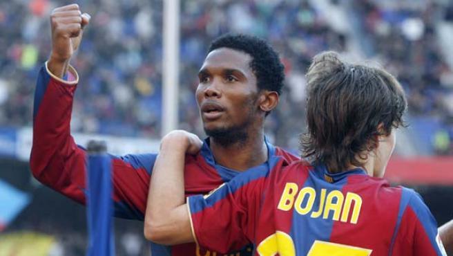 Eto'o y Bojan celebran un tanto con el Barcelona. (EFE)