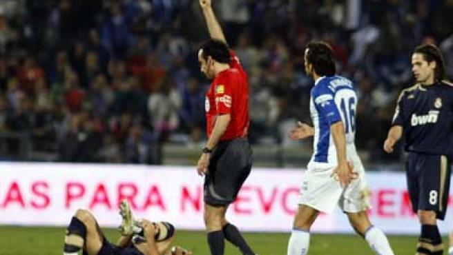Iturralde expulsa al jugador del Recreativo Quique Álvarez con Robben tendido en el suelo lesionado.