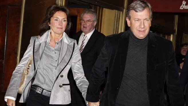 Cecilia Ciganer-Albeniz sale de un restaurante con Richard Attias. (REUTERS)