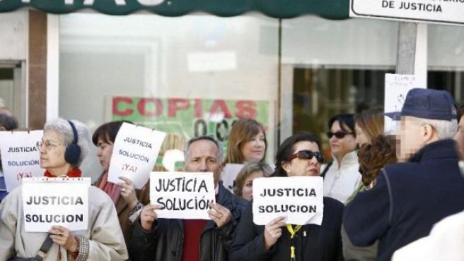 Varios funcionarios de la Administración de Justicia no transferida protestan en la puerta del Ministerio (EFE).