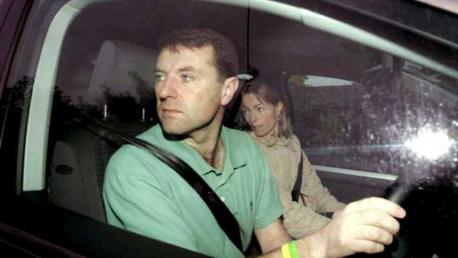 Gerry y Kate McCann, en su coche. (ARCHIVO)