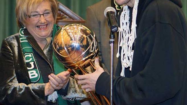 Rudy Fernández posa sosteniendo la Copa del Rey con Maite Arqué, alcaldesa de Badalona. (Efe)