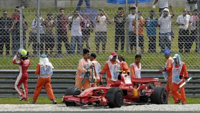 El Ferrari de Felipe Massa, atascado en la grava, en el circuito de Sepang.