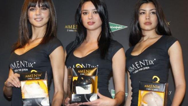 La actriz Dafne Fernández (c), junto a dos modelos durante la presentación del sujetador Aumentax (EFE).