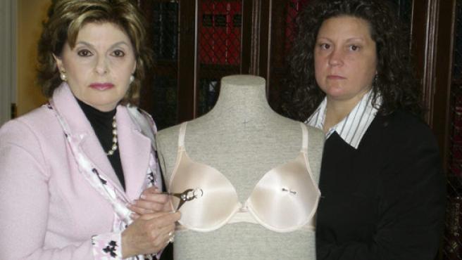 La abogada Gloria Allred y su cliente Hamlin posa con un maniquí para mostrar a la prensa lo que pasó. (A.Morrison / REUTERS)