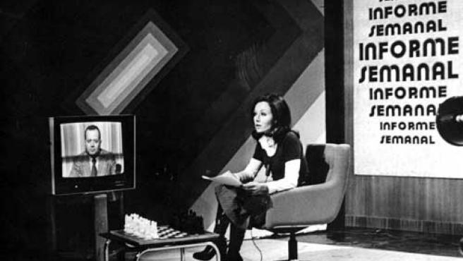 Rosa María Mateo, presentando 'Informe semanal' a principios de los 70.