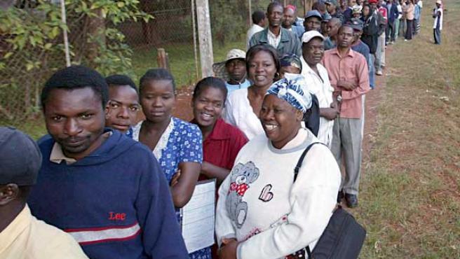 Cientos de votantes esperan en fila ante un colegio electoral en Harare (Zimbabue) para poder ejercer su derecho al voto en las elecciones presidenciales sábado 29 de marzo.