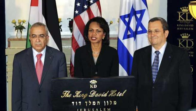 La secretaria de Estado, Condoleezza Rice junto con el Ministro de Defensa Ehud Barak y el primer ministro de la ANP, Salam Fayyad.(REUTERS)