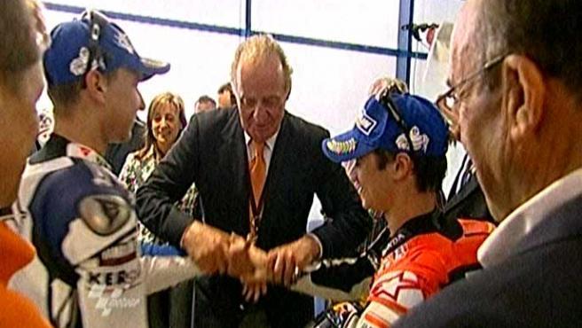 El segundo más inesperado en el circuito de Jerez. El Rey consigue que Pedrosa y Lorenzo se den la mano. (TVE)