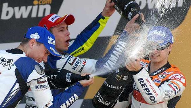 Dani Pedrosa (d) celebra junto a Valentino Rossi (c) y Jorge Lorenzo su triunfo en Jerez. (Efe)