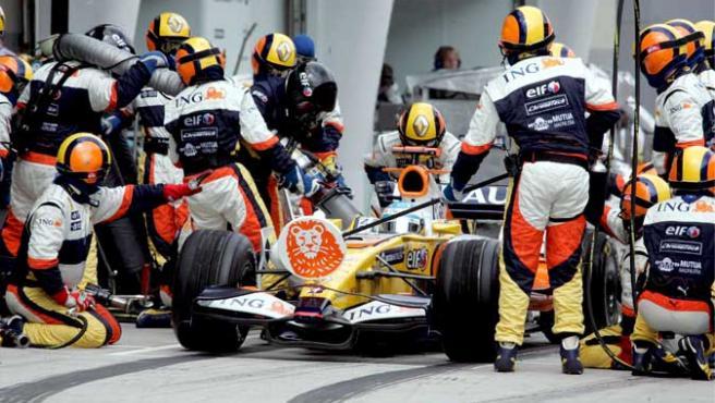 Fernando Alonso, de la escudería Renault, realiza una parada en boxes en el Gran Premio de Malasia (Efe).