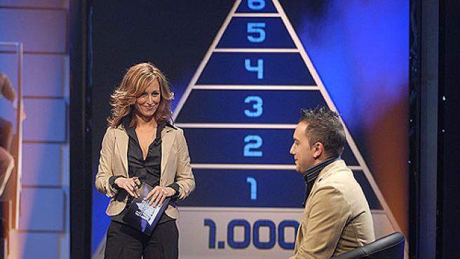 Emma García junto a un concursante de 'El juego de tu vida'.