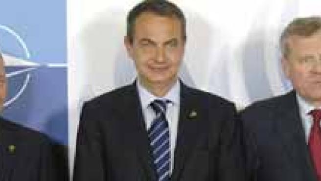 La esposa del presidente rumano María Basescu, el presidente de Rumanía, Traian Basescu, el presidente del Gobierno español, José Luis Rodríguez Zapatero, el secretario general de la OTAN, Jaap de Hoop Scheffer, y su esposa Jeannine. (EFE)
