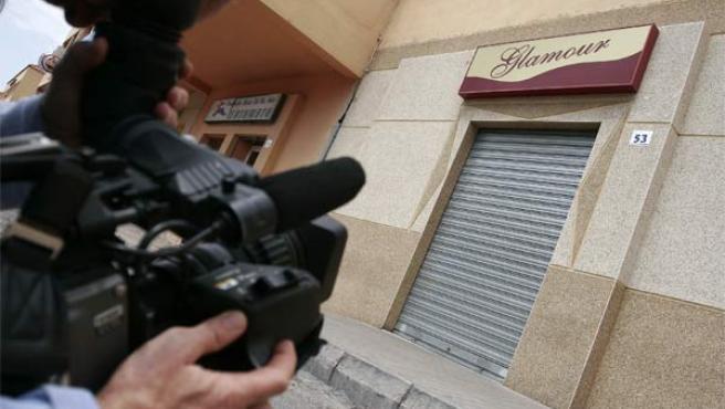 Un cámara toma imágenes de uno de los clubes precintados tras la operación contra una red prostitución en Almería. (ARCHIVO)