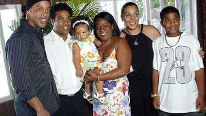 El jugador del Barcelona Ronaldinho con su hermano y toda su familia.