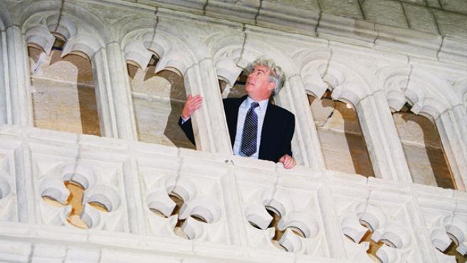 Ken Follett fotografiado en la Catedral de Santa María de Vitoria