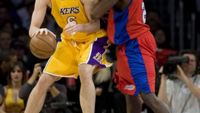 El jugador de los Angeles Lakers Paul Gasol (i) lucha el balón contra el jugador de los Clippers Tim Thomas (d). (EFE)