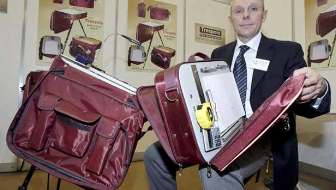 El italiano Cosimo Letteriello muestra el maletín que se puede transformar en un escritorio