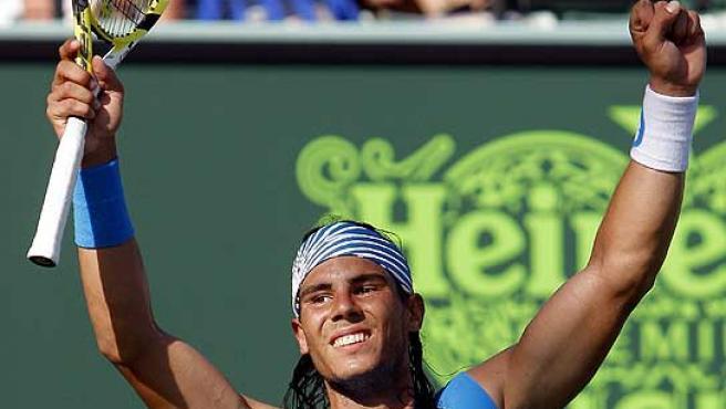 Rafa Nadal celebra con el público su victoria. (Reuters)