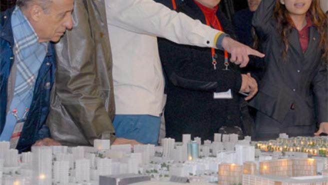 Miembros del COI contemplan una maqueta de las instalaciones olímpicas de Pekín (Foto: Efe).