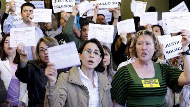 Funcionarios de Justicia no transferida protestan con pancartas en Madrid (Foto: Efe).