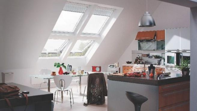 Colocar cuatro ventanas desahoga la estancia y la llena de luz.