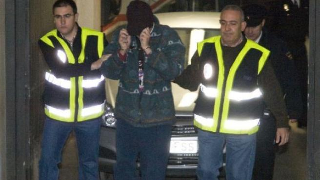 Santiago del Valle escoltado por la policía. (SANTIAGO TORRALBA/EFE)