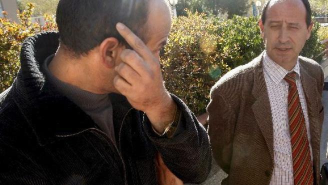 Labdaoui Aiehami, junto a su abogado, Eduardo Santos, a las puertas de la Audiencia Provincial. (CHEMA MOYA/EFE).