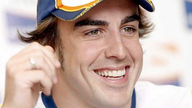 Fernando Alonso sonríe durante una rueda de prensa. (Efe)