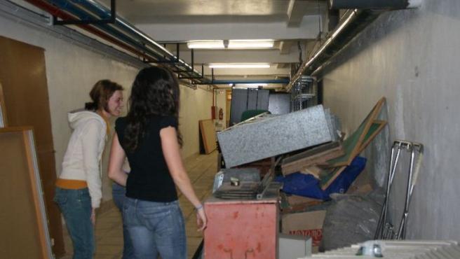 Un grupo de estudiantes, en la oscura sala de las limpiadoras.