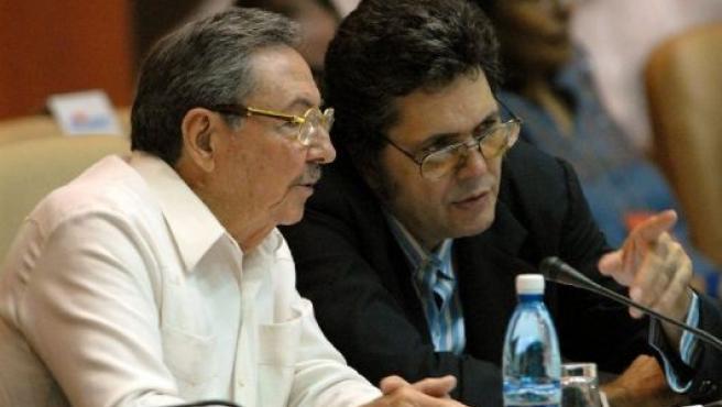 Raúl Castro y su ministro de Cultura, Abel Prieto, durante el VII Congreso de la Unión de Escritores y Artistas de Cuba.