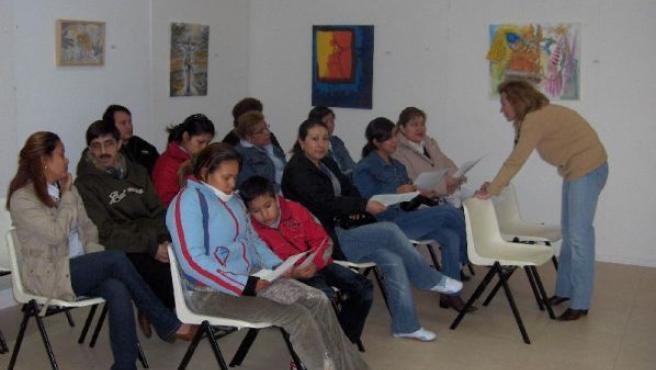Un grupo de inmigrantes en un aula. (ARCHIVO)