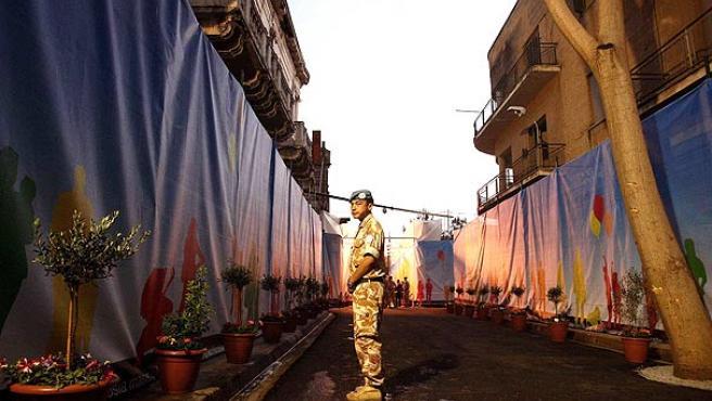 Un soldado de la ONU vigila la calle, poco antes de su apertura.