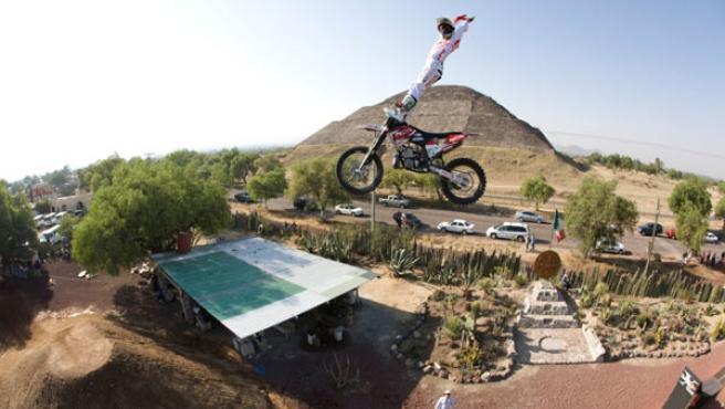 Dany Torres salta por encima de las ruinas aztecas de de Teotihuacán. (FLYGROUP)