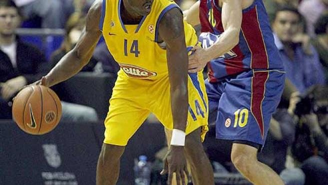Lakovic intenta frenar el avance de Cummings, del Maccabi. Agencias.