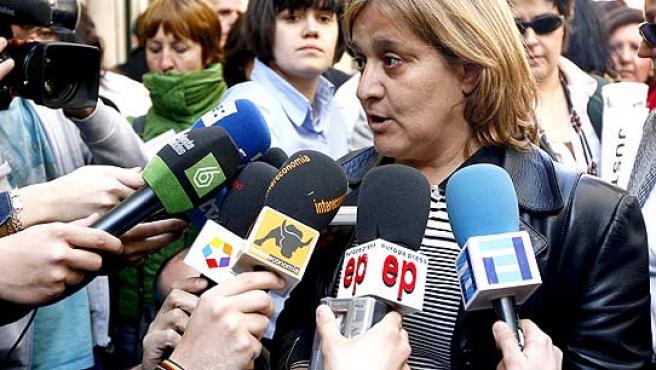 La representante del sindicato UGT, Ana García, explica a los medios que ocurrió en la reunión de este viernes. (J.J.Guillén/EFE)