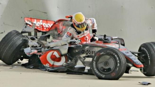 Hamilton abandona los restos de su monoplaza tras sufrir un accidente en Bahrein (REUTERS).