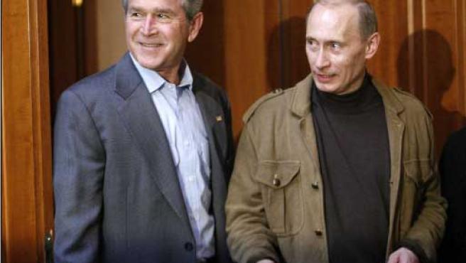 De izquierda a derecha, los presidentes de Estados Unidos y Rusia, George Bush y Vladímir Putin. (REUTERS)