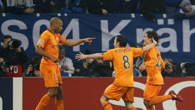 Henry señala a Bojan (d) e Iniesta corre a abrazarlos. (Reuters)